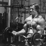 Trening bicepsa - uginanie ze sztangą