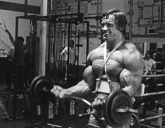 Trening bicepsa – uginanie ze sztangą